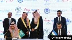 Энергетика вазири Алишер Султонов Саудия Арабистони билан шартномани имзоламоқда.