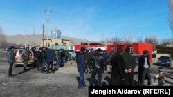 Көчөдө топтолуп турган жергиликтүү тургундар. Көк-Таш айылы, Баткен, 18-январь.