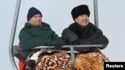 Президент Узбекистана Ислам Каримов (слева) с президентом Казахстана Нурсултаном Назарбаевым на канатной дороге во время отдыха на горнолыжном курорте Шымбулак. Алматы, 6 января 2001 года.