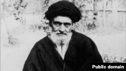 آیت الله ابوالقاسم کاشانی پیش از ۲۸ مرداد راه خود را از محمد مصدق جدا کرد و به صف مخالفان وی پیوست.