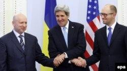 ABŞ Dövlət Katibi John Kerry (ortada) Kiyevdə Ukraynanın müvəqqəti Baş naziri Arseniy Yatsenyuk (solda) və müvəqqəti prezidenti Oleksandr Turchynov ilə görüşür. 4 mart 2014