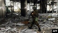 Сепаратист у зруйнованому Донецькому аеропорту, лютий 2015 року