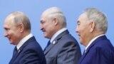 Ресей президенті Владимир Путин (сол жақта), Беларусь президенті Александр Лукашенко (ортада) және Қазақстанның бұрынғы президенті Нұрсұлтан Назарбаев ЕАЭО саммиті кезінде. Нұр-Сұлтан, 29 мамыр 2019 жыл.