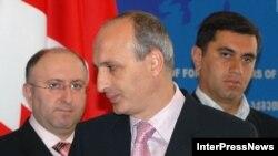 Ираклий Окруашвили (справа на заднем плане) слишком долго играл первую скрипку в команде действующего президента