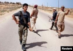 Провладні бойові підрозділи з групи «Світанок Лівії» (Libya Dawn) шукають позиції бойовиків угруповання «Ісламська держава». Сірт, 17 березня 2015 року