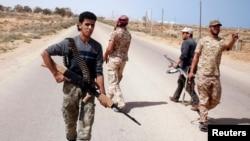 مقاتلون من قوات الفجر الليبية يبحثون عن مواقع داعش قرب سرت، آذار 2015