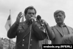 Уладзімер Кавалёнак (зьлева) падчас мітынгу на плошчы, жнівень 1991 году. Справа - Юры Хадыка.
