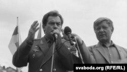 Уладзімер Кавалёнак і Юры Хадыка падчас мітынгу на плошчы, жнівень 1991 году