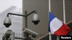 Флаг у здания посольства Франции в Пекине.