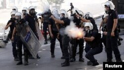 Турецкие полицейские используют слезоточивый газ во время антиправительственной демонстрации в Анкаре. 3 июня 2013 года.
