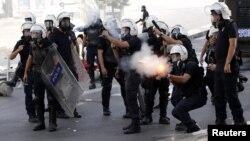 Анкара полициясы демонстранттарды тарату үшін газ қолданып тұр. 3 маусым 2013 жыл