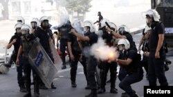 Поліція застосовує сльозогінний газ проти демонстрантів в Анкарі, 3 червня 2013 року