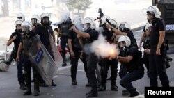 Анкара полициясы демонстранттарды тарату үшін газ қолданып тұр. 3 маусым 2013 жыл.