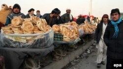 Нан сатып тұрған ер адамдар. Кабул, Ауғанстан, 16 қаңтар 2014 жыл. (Көрнекі сурет)