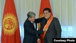 """Президент Атамбаев Сыргак Абдылдаевге """"Эрдик"""" медалын тапшырууда"""