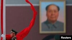 Портрет Мао Цзэдуна на площади Тяньаньмэнь в Пекине.