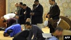 Мұсылмандар намаз оқып жатыр. Швейцария, Женева мешіті, 29 қараша 2009 жыл.