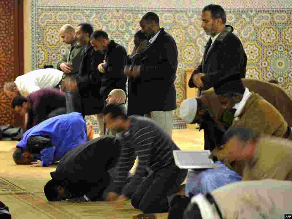 Мусульмане моляцца ў жэнэўскай мячэці ў дзень супрацьмінарэтнага рэфэрэндуму ў Швайцарыі - Фота: AFP