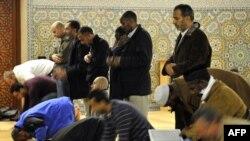 Женева мешітінде намаз оқып жатқан мұсылмандар. 29 қараша 2009 жыл