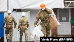 Британские военные у дома, где жил бывший российский разведчик Сергей Скрипаль. Солсбери, 4 февраля 2019 года.