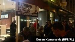 Građani potpisuju peticiju za oslobađanje uzbunjičava Aleksandra Obradovića