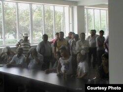 Жители Жанаозена на встрече с акимом города. 1 июня 2012 года.