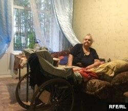 Тамара Медведева может ездить по квартире в инвалидной коляске, но не может помыться