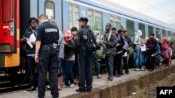 Мигранты на перроне на границе Сербии и Македонии. 30 июня 2015 года.