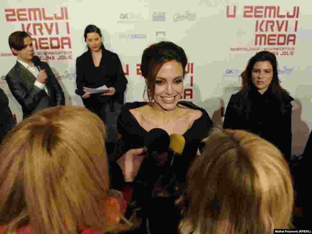 Angelina Jolie u razgovoru sa novinarima