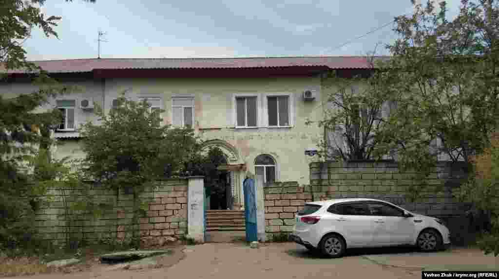 З парної сторони будинки закінчуються – там схил Ушакової балки. А з непарної сторони в глибині дворів ховається несхожа на сусідні будинки двоповерхова будівля. Сьогодні тут живуть люди і за документами – це багатоквартирний будинок, але дивна архітектура нагадує типову радянську контору або навіть гуртожиток