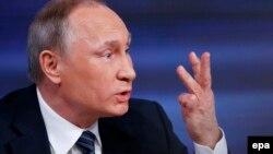 Ресей президенті Владимир Путин журналистерге жауап беріп отыр. Мәскеу, 17 желтоқсан 2015 жыл.