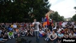 Armenia -- Protesters block Marshal Bagramian Avenue, Yerevan, 22Jun2015