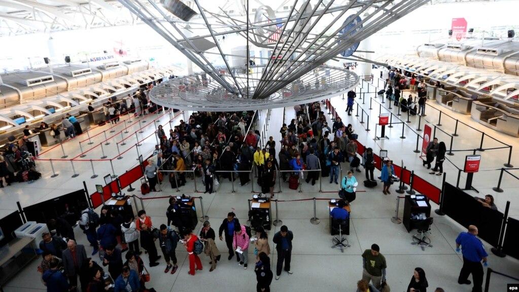 شهروندان در فرودگاه جان اف. کندی نیویورک