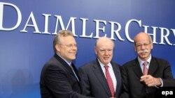 Слева направо: глава Сhrysler Том ЛаСорда, глава Cerberus Capital Джон Сноу и глава Daimler Дитер Цетше