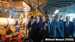Владимир Путин и глава правления Газпрома Алексей Миллер на борту швейцарского морского трубоукладчика Pioneering Spirit