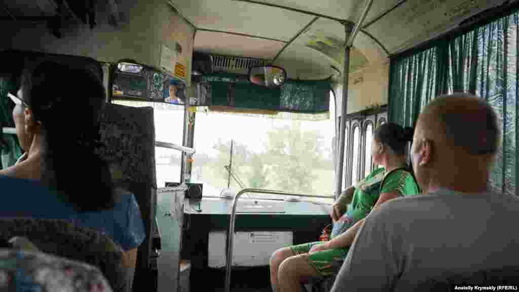 Із села в Красноперекопськ, до якого всього 4 кілометри, курсує старенький рейсовий ЛАЗ