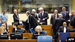 Ядранко Прліч тисне руку своєму адвокатові перед засіданням суду в Гаазі, 29 травня 2013 року