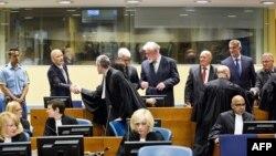 Ядранко Прлич (2-й л) тисне руку своєму адвокатові в суді Гааги, травень 2013 року
