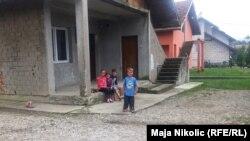 Djeca ispred jedne obiteljske kuće, Mahala