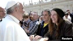 Папа Римский приветствует американскую певицу Патим Смит на площади Святого Петра. 10 апреля
