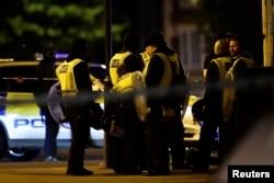 Британ полициясы қызметкерлері шабуыл жасалған жерде тұр. Лондон, 3 маусым 2017 жыл.