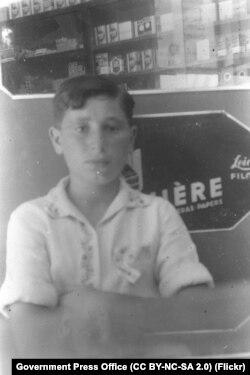 شیمون پرز در سیزده سالگی پیش از مهاجرت به فلسطین