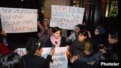 Երիտասարդ մայրերի և հղի կանանց բողոքի ցույցը Հայաստանի նախագահի նստավայրի դիմաց, հոկտեմբեր, 2014թ․