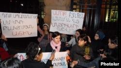 Երիտասարդ մայրերը եւ հղի կանայք բողոքում են նախագահի նստավայրի առջեւ