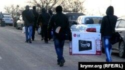 Люди пересекают административную границу с Крымом пешком