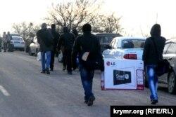 Люди перетинають адміністративний кордон з Кримом пішки