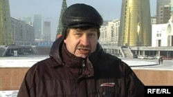 Гражданский активист Валерий Карпусевич дает интервью журналистам на акции протеста. Астана, 8 декабря 2009 года.