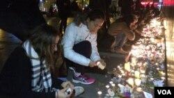 مردم در حال ادای احترام به قربانیان حملات پاریس.
