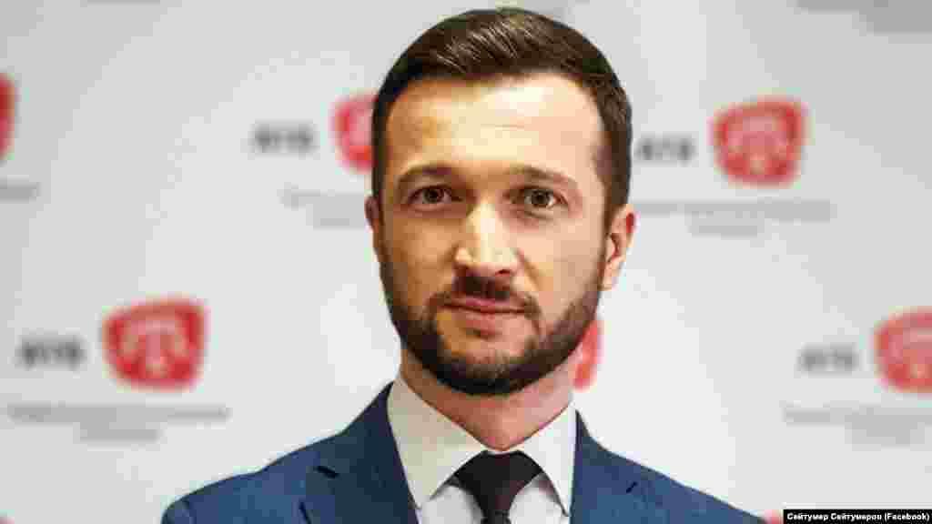 Журналист телеканала ATR Сейтумер Сейтумеров. В 2017 году он был вынужден покинуть Крым из-за репрессий. Во времяобыска в его доме в Бахчисарае присутствовала только его пожилая мать