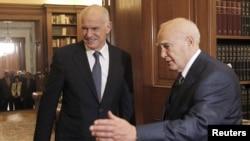 Президент Каролос Папульяс (ўнгда) ҳукуматни сиёсатдан ҳоли мутахассислардан тузишни таклиф қилмоқда.